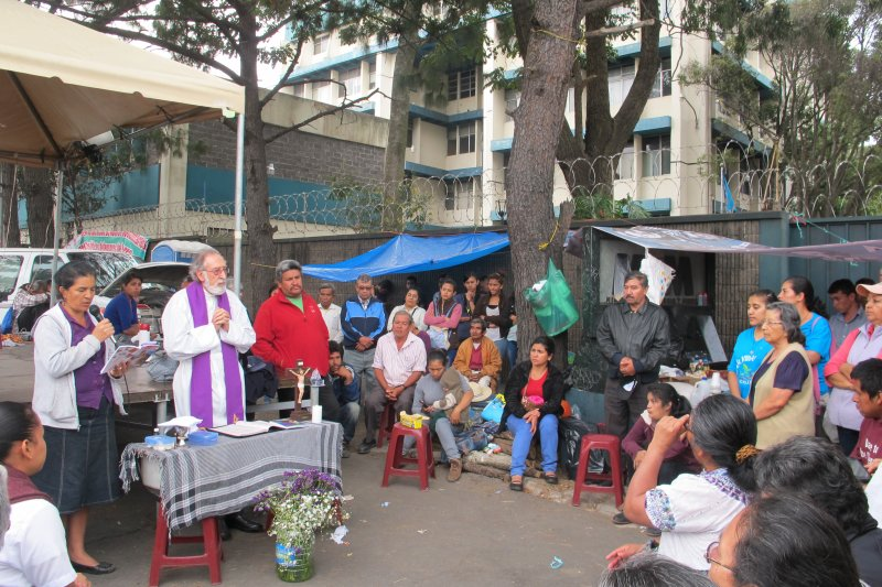 A mass is held at the peaceful La Puya encampment outside of the Ministry of Energy and Mines. Photo credit: HIJOS