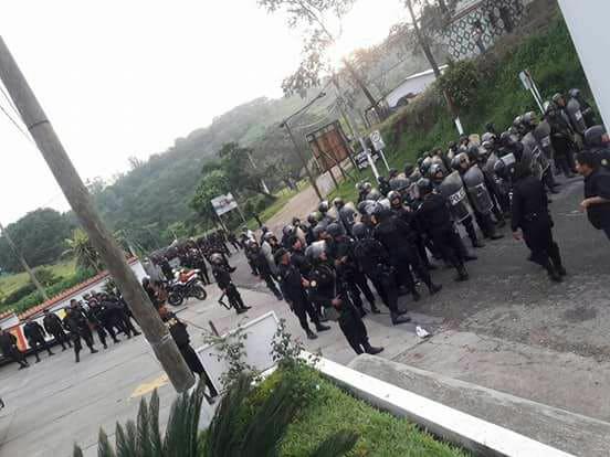 Decenas de policías antidisturbios llegan a Casillas el 22 de junio; Poco después de que la foto fue tomada, gas lacrimógeno fue lanzado en un intento de dispersar a los manifestantes pacíficos. Crédito: Si a la Vida
