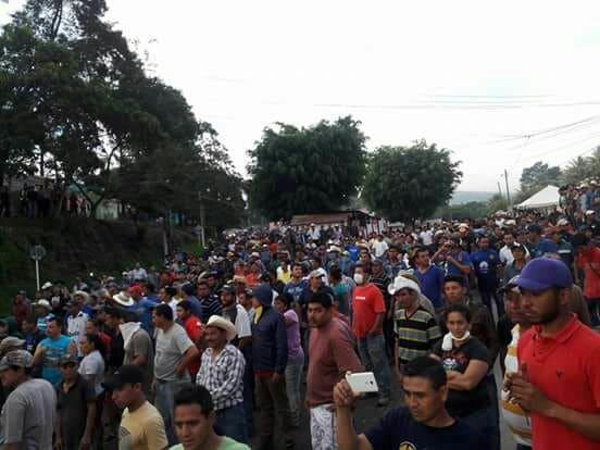 Miles de personas se reúnen el jueves por la noche después de que el gas lacrimógeno desapareciera, para continuar la protesta de la mina Escobal. Crédito: Si a la Vida
