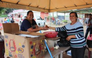 Los comunitarios de seis municipios respaldan a la protesta pacífica proporcionado comida para aquellos que toman turnos de 24 horas en el campamento no pasen hambre y tengan fuerza para continuar su lucha.
