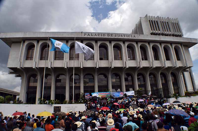 Thousands gather outside Guatemalan Supreme Court on August 28, 2017. Photo credit: Jose Pablo Chumil