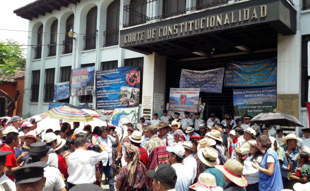 A large group of Guatemalans gather in front of the Constitutional Court building, holding signs that denounce Tahoe Resources and call for the self-determination of the Xinca People to be respected.