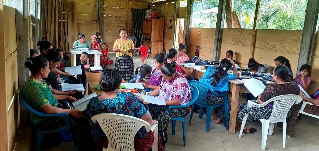 Picture from one of ACODET's women's leadership workshops. Photo credit: ACODET // Foto de uno de los talleres de ACODET de liderazgo de mujeres. Crédito de foto: ACODET