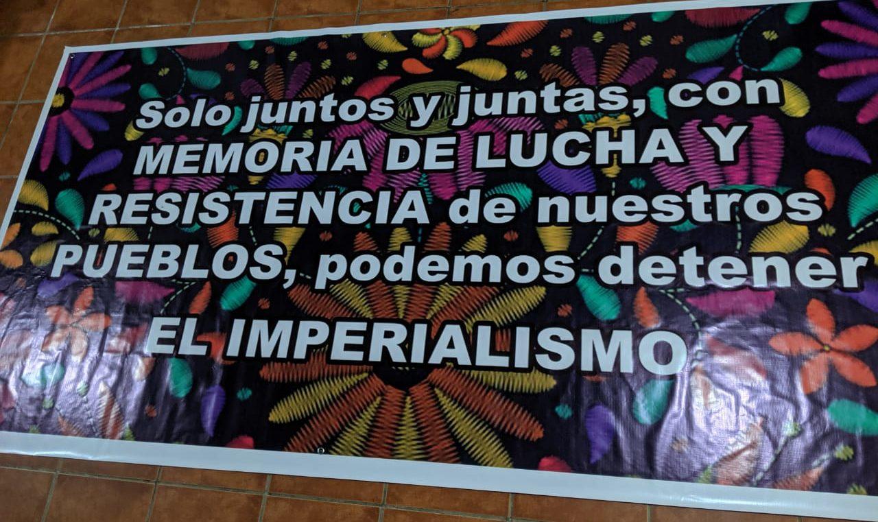 """Una pancarta de la Asamblea Departamental de los Pueblos de Huehuetenango que dice """"Solo juntos y juntas, con memoria de lucha y resistencia de nuestros pueblos, podemos detener el imperialismo"""""""