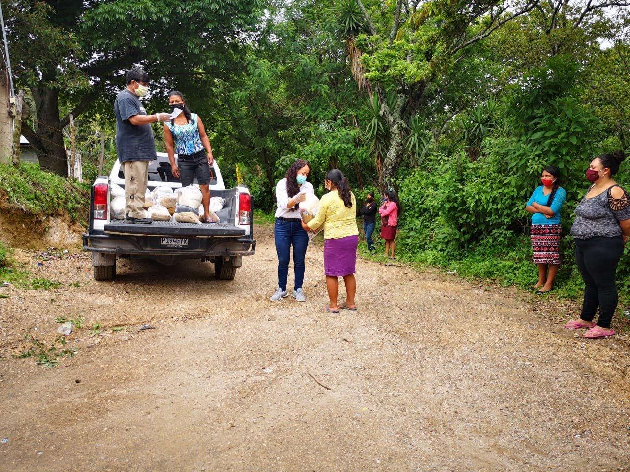 Miembres de CODIDENA entregan suministros (foto: CODIDENA).