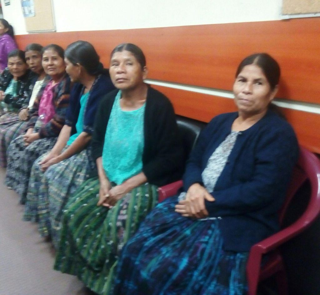 Community members from Chicoyogüito listen outside the courtroom.