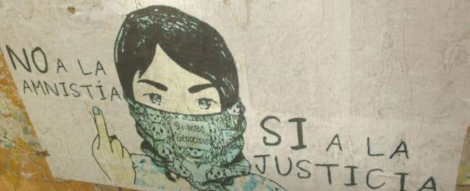 """Imagen de grafiti que dice, """"No a la amnistía, si a la justicia. Si hubo genocidio."""""""